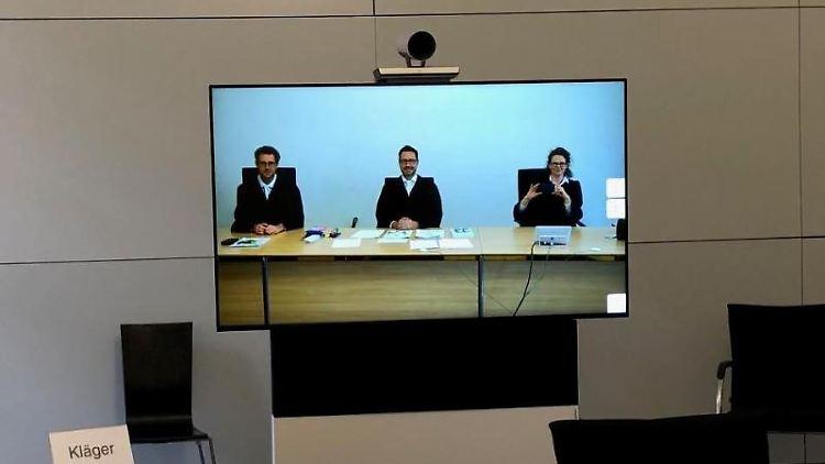 Mitglieder der 7. Zivilkammer am Landgericht München sind im Sitzungssaal 155 auf einem Monitor zu sehen. Foto: -/Landgericht München 1/dpa/Archivbild