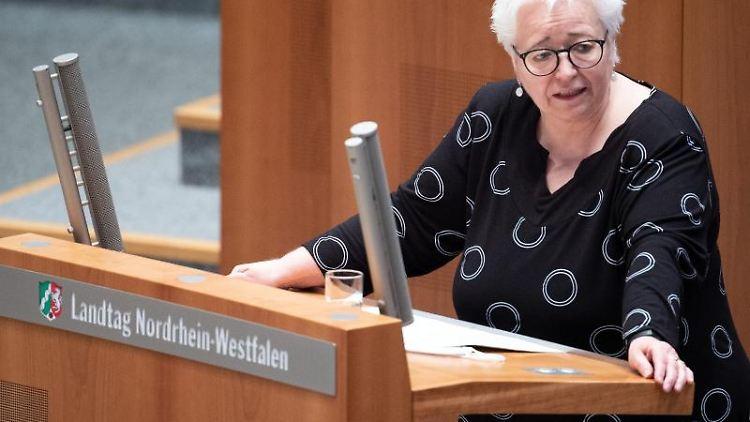 Die bildungspolitische Sprecherin der Grünen Sigrid Beer spricht im Landtag. Foto: Federico Gambarini/dpa/archivbild