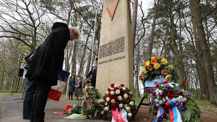 Überlebende, Angehörige und Schüler gedenken der Opfer des Todesmarsches von 1945. Foto: Bernd Wüstneck/dpa-Zentralbild/dpa/Archivbild