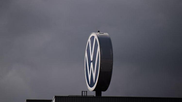 Ein Logo von Volkswagen dreht sich auf dem Werk. Foto: Julian Stratenschulte/dpa