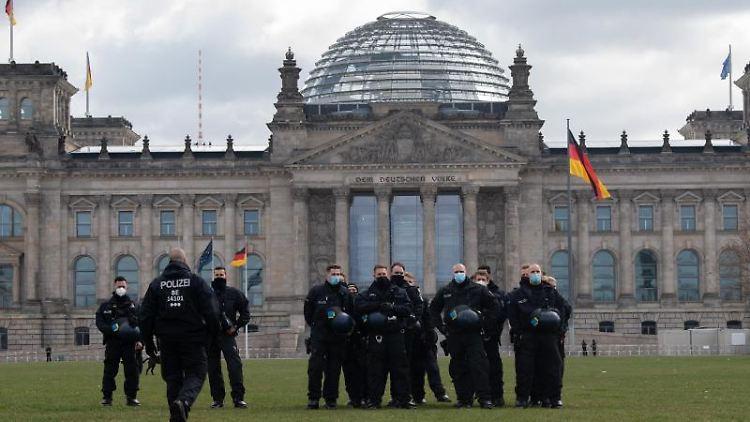 Polizeibeamte stehen vor dem Reichstagsgebäude. Foto: Paul Zinken/dpa-Zentralbild/dpa