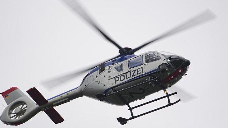 Ein Polizeihubschrauber ist bei einer Suchaktion im Einsatz. Foto: Robert Michael/dpa-Zentralbild/ZB/Symbolbild