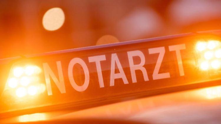 EinNotarztwagen steht an einem Unfallort. Foto: Lino Mirgeler/dpa/Symbolbild