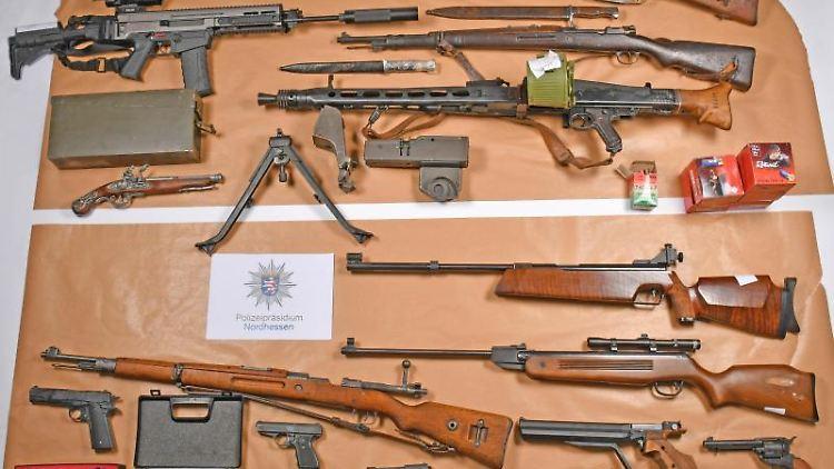 Bei Durchsuchungen im Schwalm-Eder-Kreis sichergestellte Waffen. Foto: -/Polizeipräsidium Nordhessen/dpa/Archivbild