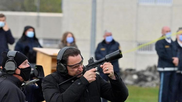 Georg Eisenreich (CSU) schießt während der Vorführung eines mobilen Drohnenabwehrsystems, das zum Einsatz im Strafvollzug kommen soll, mit einer Spezialwaffe eine Drohne ab. Foto: Peter Kneffel/dpa/Archivbild