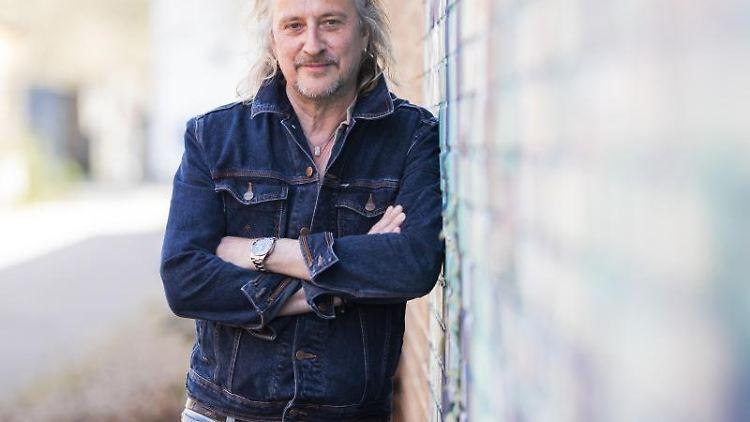 Schlagersänger Dieter Thomas Kuhn lehnt am Rande eines Interviews an einer Mauer. Foto: Tom Weller/dpa/Archivbild