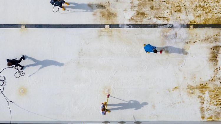 Mitarbeiter derBäder Halle GmbH reinigen das große Becken im Nordbad. Foto: Jan Woitas/dpa-Zentralbild/dpa