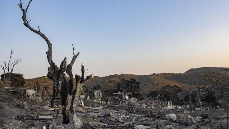 Schutt und Trümmer liegen im niedergebrannten Flüchtlingslager Moria auf der ostägäischen Insel Lesbos. Foto: Nik Oiko/SOPA Images via ZUMA Wire/dpa/Archivbild