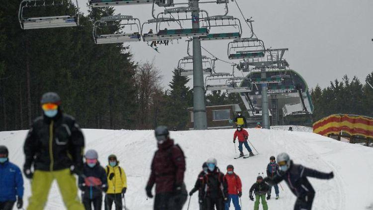 Wintersportler sind im Skigebiet um Winterberg unterwegs. Foto: Henning Kaiser/dpa