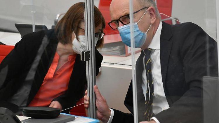 Ministerpräsident Dietmar Woidke (SPD) und Gesundheitsministerin Ursula Nonnemacher (Grüne) unterhalten sich. Foto: Bernd Settnik/dpa-Zentralbild/dpa/Archivbild