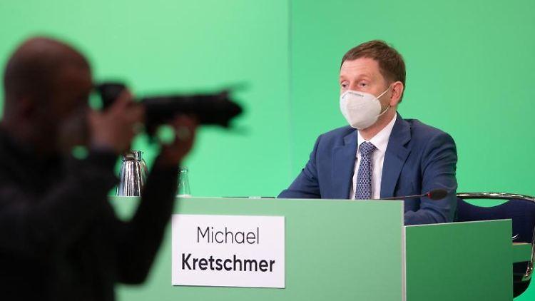 Ein Fotograf steht während des CDU-Landesparteitags im Internationalen Congress Center vor Michael Kretschmer (CDU). Foto: Sebastian Kahnert/dpa-Zentralbild/dpa