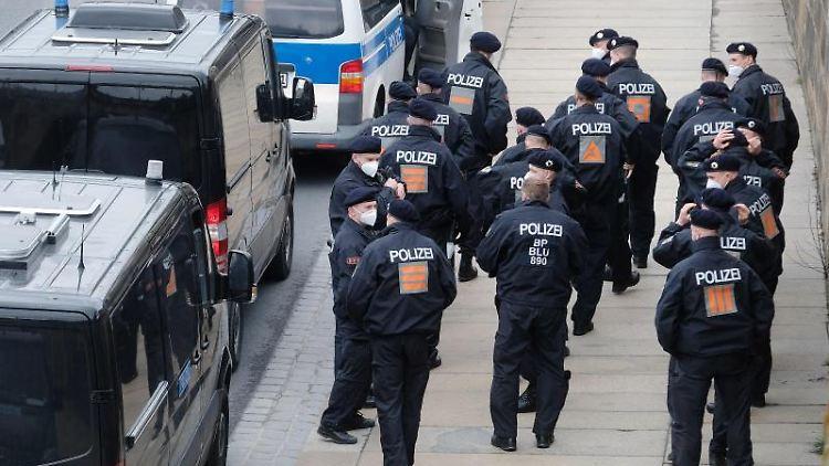 Bundespolizisten sammeln sich am Terrassenufer. Foto: Sebastian Willnow/dpa-Zentralbild/dpa