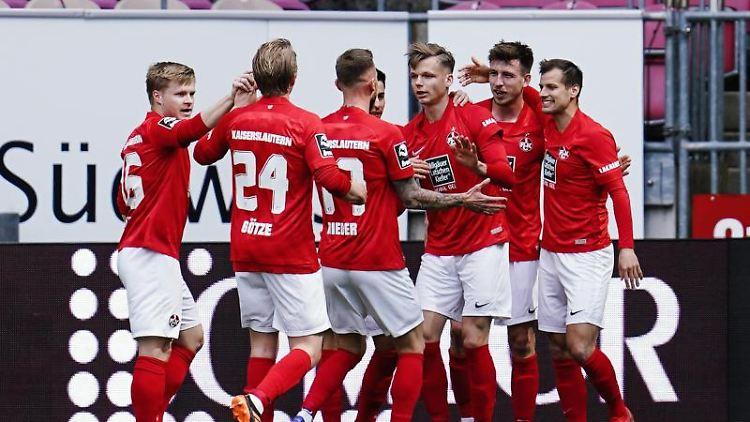 Kaiserslauterns Torschütze Daniel Hanslik (2.v.r.) jubelt mit seinen Mannschaftskollegen über sein Tor zum 2:1. Foto: Uwe Anspach/dpa