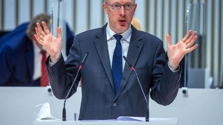 Mecklenburg-Vorpommerns Verkehrsminister Christian Pegel (SPD) spricht bei einer Landtagssitzung. Foto: Jens Büttner/dpa-Zentralbild/ZB/Archivbild