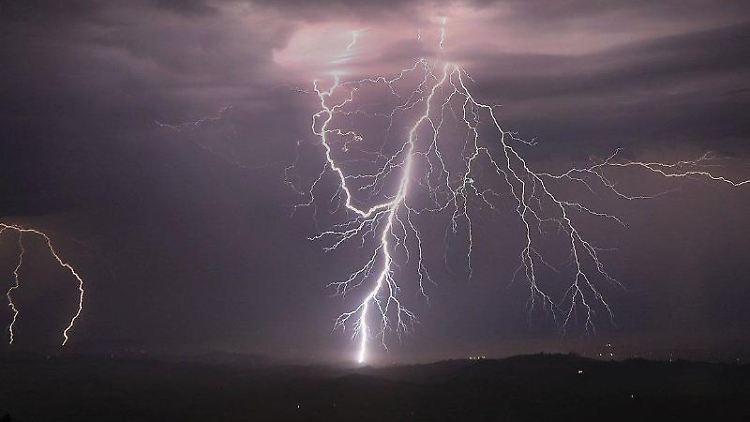 Blitze entladen sich. Foto: Kent Porter/The Press Democrat/AP/dpa/Symbolbild