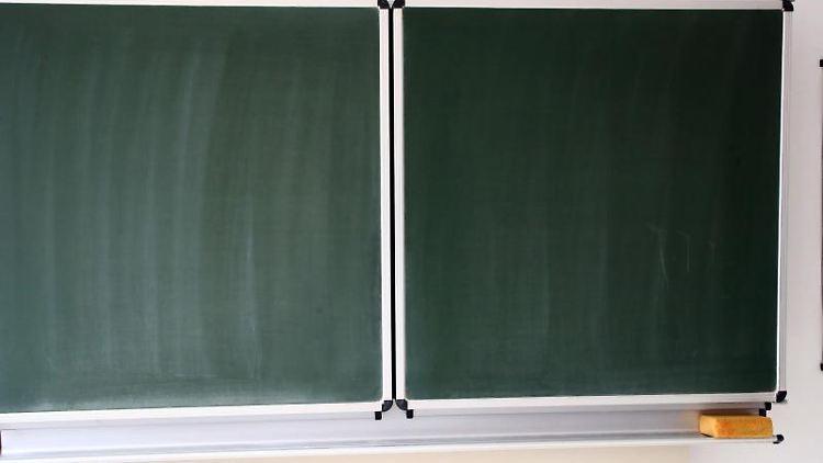 Eine Schultafel steht in einem Klassenzimmer in einer Schule. Foto: Bodo Schackow/dpa-Zentralbild/ZB/Archivbild