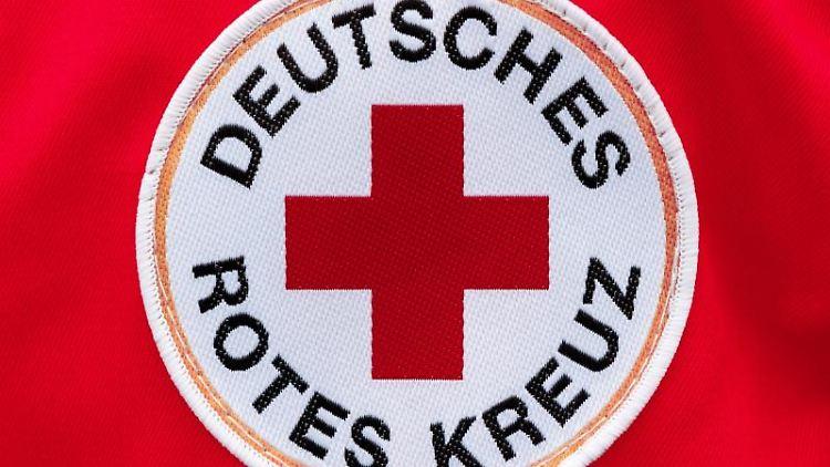 Ein Aufnäher mit dem Logo des Deutschen Roten Kreuzes (DRK). Foto: Markus Scholz/dpa