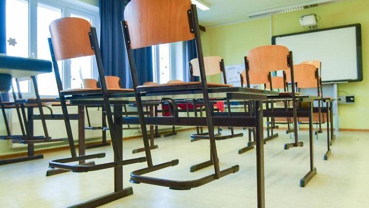 In einem leeren Unterrichtsraum an einer Schule sind die Stühle auf einen Tisch gestellt. Foto: Patrick Pleul/dpa-Zentralbild/dpa/Symbolbild