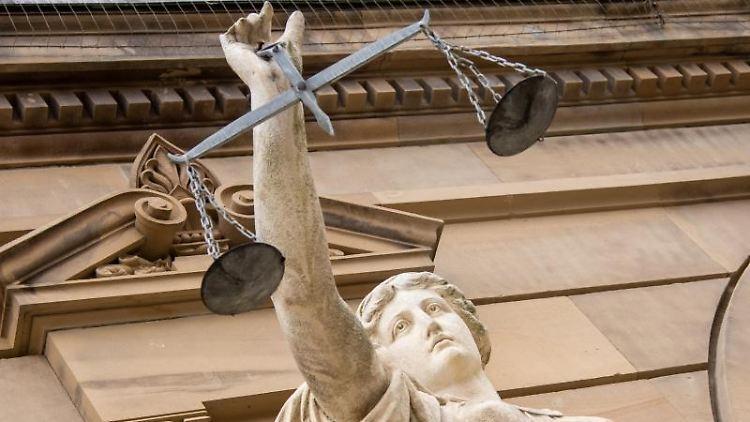 Eine Statue der Justitia hält eine Waagschale. Foto: Stefan Puchner/dpa/Archivbild