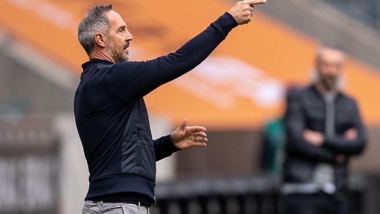 Frankfurts Trainer Adi Hütter gestikuliert an der Seitenlinie. Foto: Marius Becker/dpa/archivbild