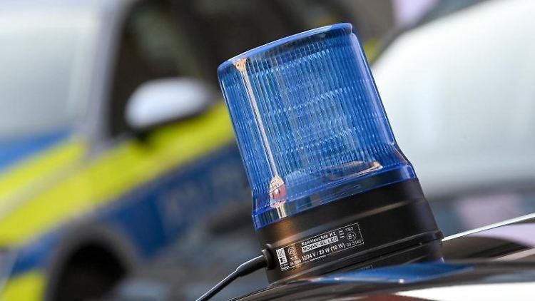 Ein Blaulicht ist auf dem Dach eines Einsatzfahrzeuges der Polizei zu sehen. Foto: Hendrik Schmidt/dpa-Zentralbild/dpa/Archivbild