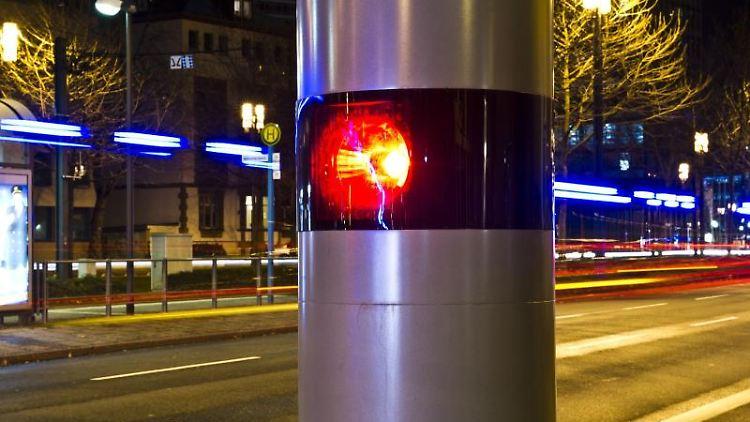 Eine Blitzer-Anlage wird von einem Fahrzeug ausgelöst. Foto: picture alliance / dpa/Symbolbild