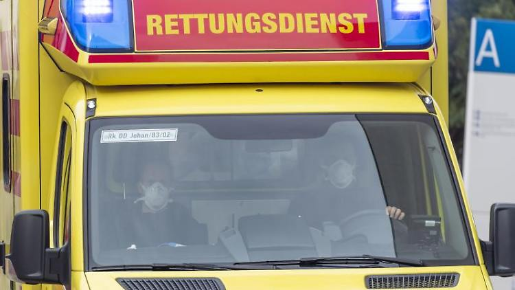 Ein Rettungswagen fährt mit Blaulicht. Foto: Matthias Rietschel/AFP/POOL/dpa/Archivbild