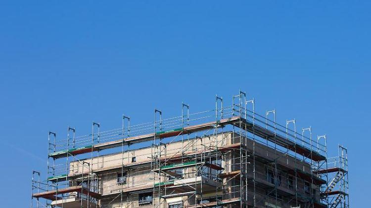 Gerüste stehen an einem Haus in dem Wohnungen gebaut werden. Foto: Rolf Vennenbernd/dpa/Archivbild