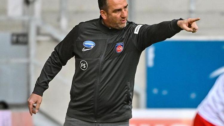 Frank Schmidt, Trainer von Heidenheim, gestikuliert am Spielfeldrand. Foto: Armin Weigel/dpa/Archivbild