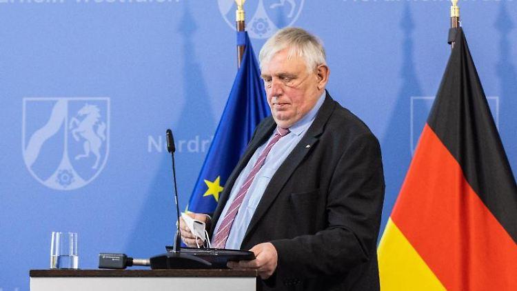 Karl-Josef Laumann (CDU), Gesundheitsminister von Nordrhein-Westfalen, kommt zu einer Pressekonferenz. Foto: Marcel Kusch/dpa/Archivbild
