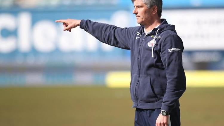 Rostocks Trainer Jens Härtel gestikuliert. Foto: Danny Gohlke/dpa/Archivbild