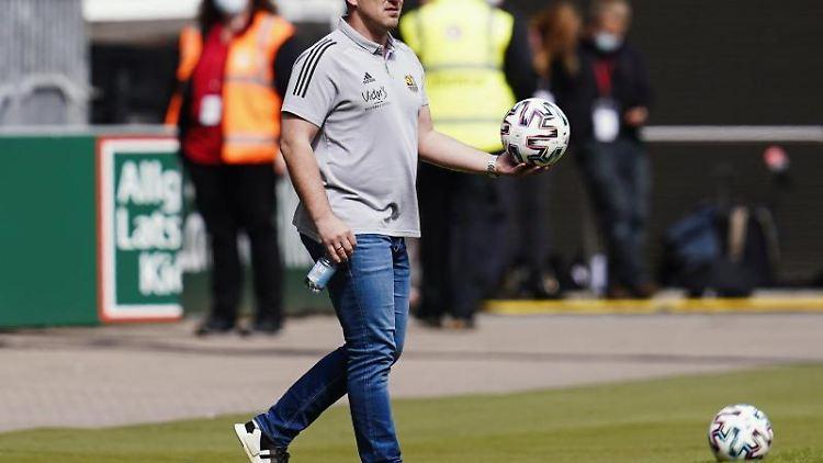 Saarbrückens Trainer Lukas Kwasniok hält den Spielball in den Händen. Foto: Uwe Anspach/dpa