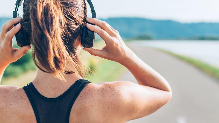 Neben einem sicheren Sitz sollte ein guter Kopfhörer für den Sport noch weitere Anforderungen erfüllen.jpg