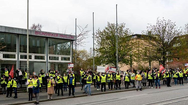 Mit einem Demonstrationszug laufen die Servicemitarbeiter des UKSH während eines Warnstreiks um die Verwaltungsgebäude des Klinikums. Foto: Axel Heimken/dpa/Aktuell