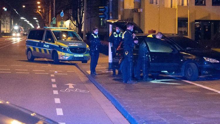 Einsatzkräfte stehen nach einem vermeintlichen Anschlag um ein Auto herum. Foto: Alexander Forstreuter/dpa/Aktuell
