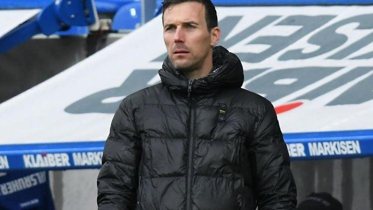 Karlsruhes Trainer Christian Eichner am Spielfeldrand. Foto: Silas Stein/dpa/Archivbild