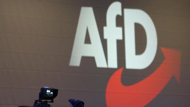 Kameras stehen auf einem Parteitag der AfD vor dem AfD-Logo. Foto: Karl-Josef Hildenbrand/dpa/Archivbild