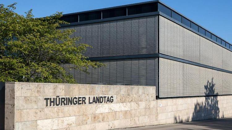 Die Sonne scheint auf das Plenargebäude im Thüringer Landtag. Foto: Michael Reichel/dpa-Zentralbild/dpa