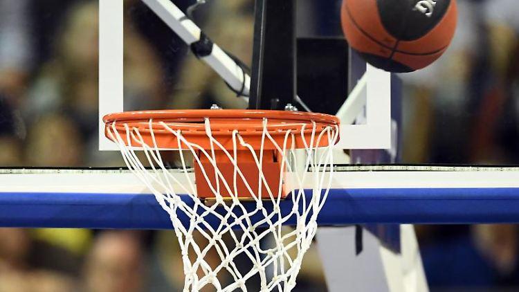 Der Ball fliegt in den Korb. Foto: Soeren Stache/dpa