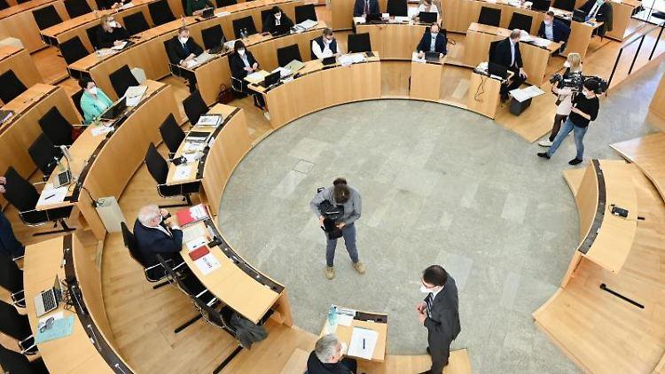 Der Lübcke-Untersuchungsausschuss vor Sitzungsbeginn im hessischen Landtag. Foto: Arne Dedert/dpa/POOL/dpa/Archivbild