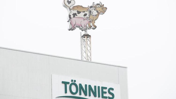 Das Geschäftslogo von Tönnies ist auf einem Firmengebäude zu sehen. Foto: Friso Gentsch/dpa