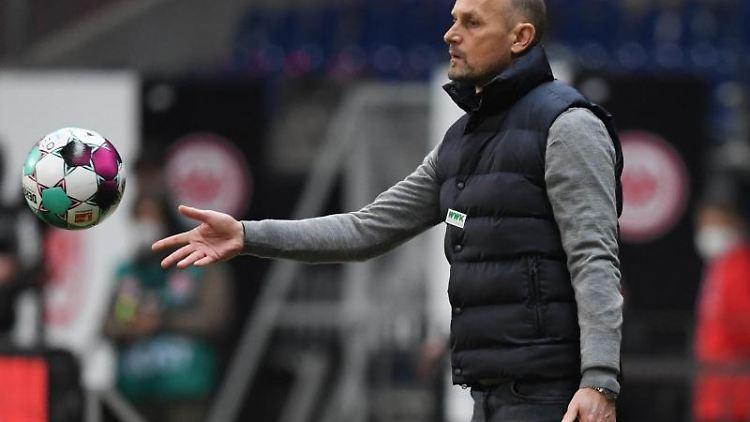Augsburgs Cheftrainer Heiko Herrlich. Foto: Arne Dedert/dpa/Archivbild
