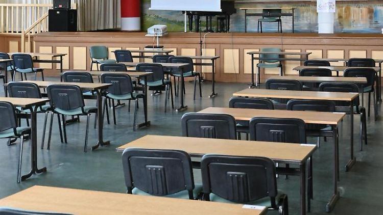 Leere Tische und Stühle stehen in der Aula. Foto: Patrick Pleul/dpa-Zentralbild/dpa