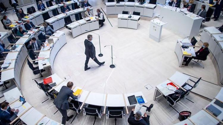 Blick in den Plenarsaal des Landtags von Mecklenburg-Vorpommern. Foto: Jens Büttner/dpa-Zentralbild/dpa