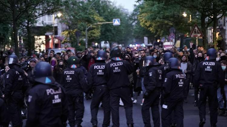 Demonstranten und Polizisten stehen sich am 1. Mai 2020 gegenüber. Foto: Michael Kappeler/dpa/Archivbild
