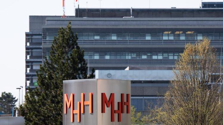 Ein Schild steht an der Haupteinfahrt der Medizinischen Hochschule Hannover (MHH). Foto: Julian Stratenschulte/dpa/Archivbild