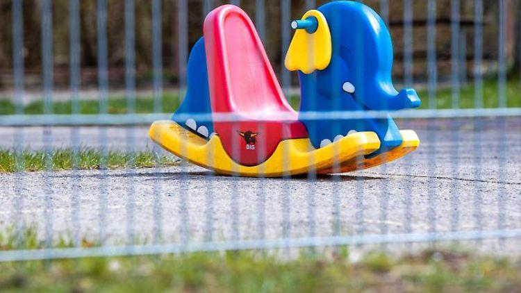 Eine Schaukelwippe steht im leeren Garten einer Kindertagesstätte. Foto: Jens Büttner/dpa-Zentralbild/dpa/Symbolbild