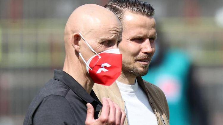 Der Würzburger Trainer Ralf Santelli (l) und der Würzburger Sportvorstand Sebastian Schuppan. Foto: Daniel Karmann/dpa