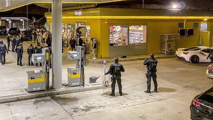 Polizisten stehen an einer Tankstelle bei einem Einsatz. Foto: Dettenmeyer/SDMG/dpa