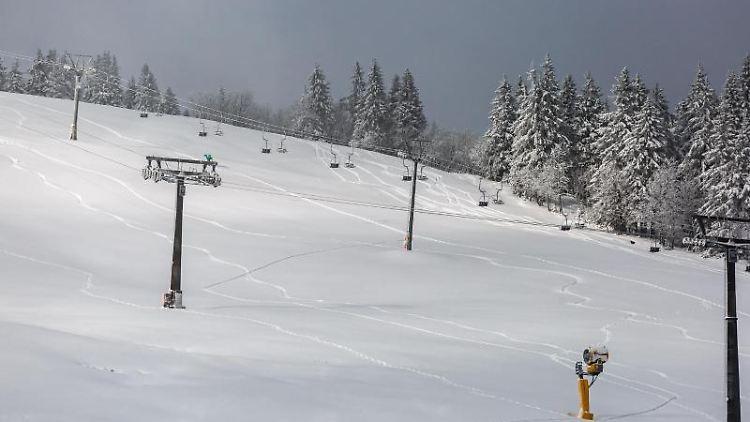 Von Wintersportlern gelegte Spuren zeichnen sich im Schnee nahe der Talstation der stillgelegten Feldbergbahn ab. Foto: Philipp von Ditfurth/dpa/Symbolbild